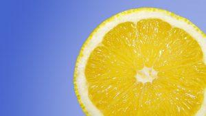מדוע לימון עלול להזיק לשיניים?
